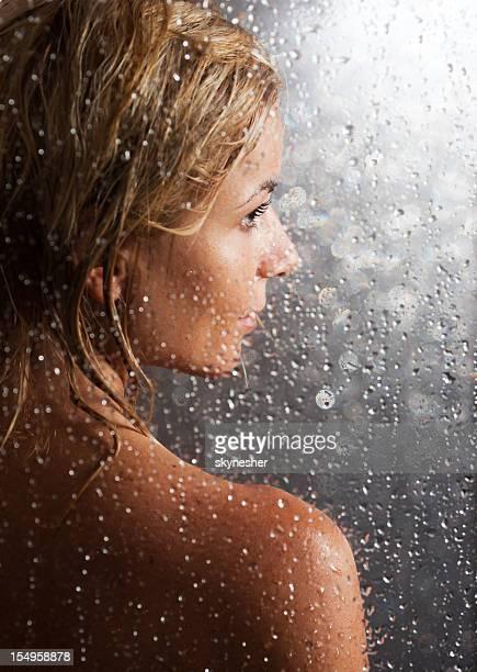 La jeune fille derrière le verre.