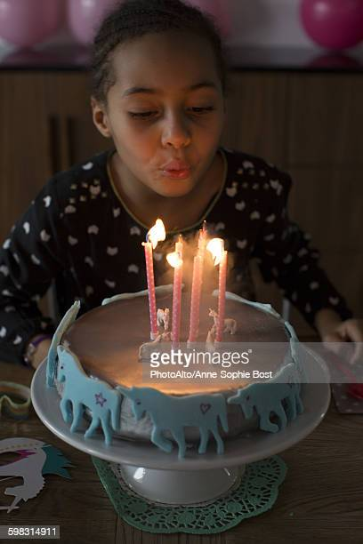 girl blowing out candles on birthday cake - girl blowing horse - fotografias e filmes do acervo