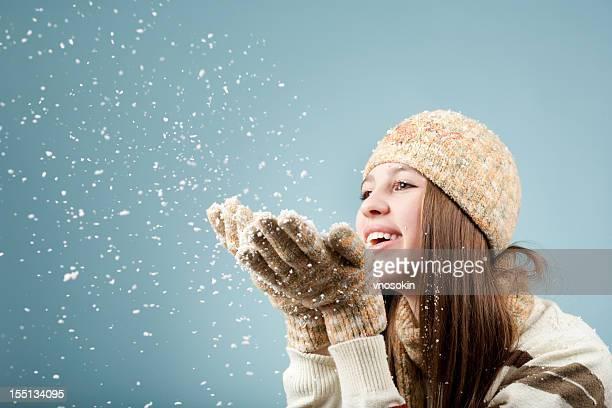 Mädchen bläst immer Schnee