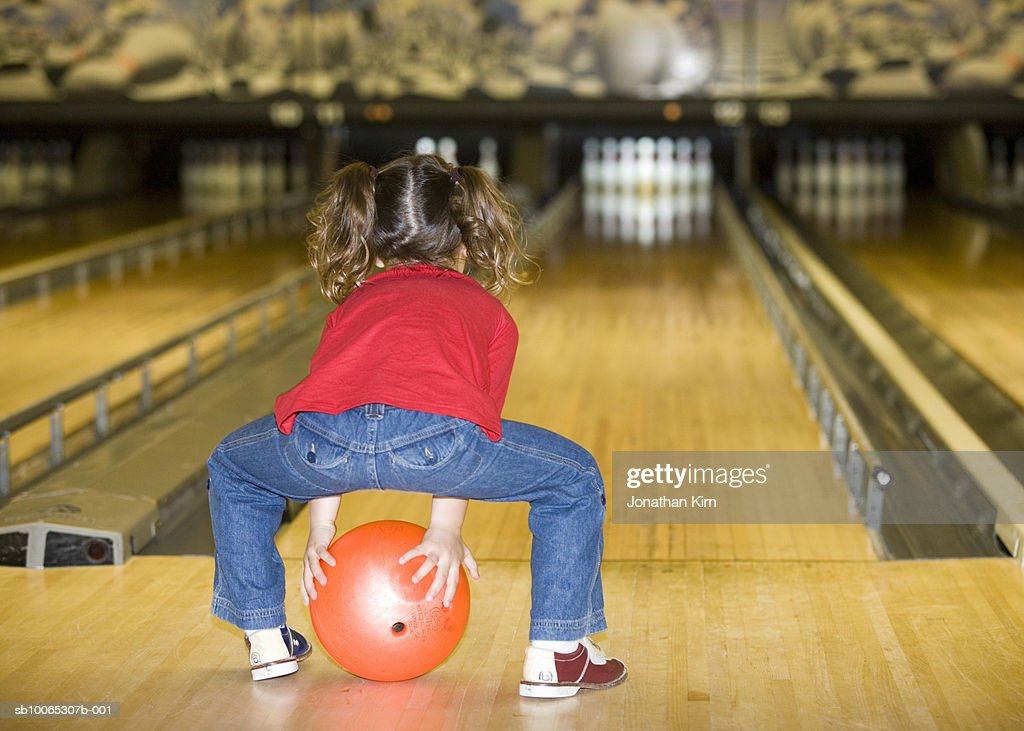 Girl (3-4) bowling, rear view : Foto stock