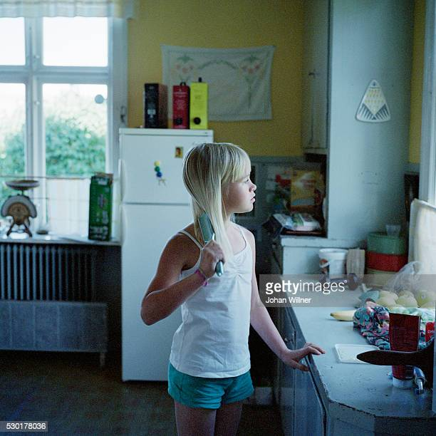 girl brushing hair - レクサンド ストックフォトと画像