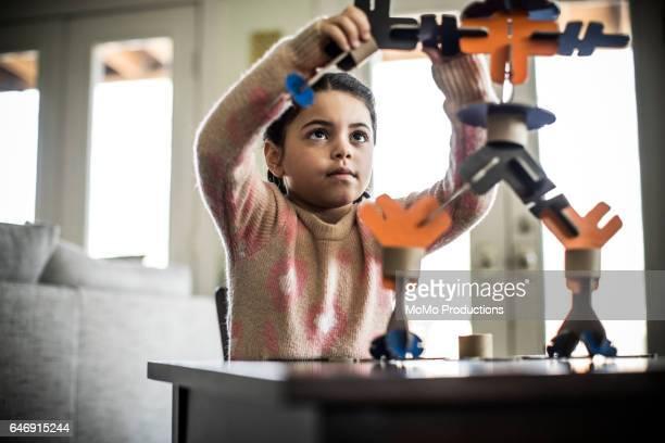 girl building robot (7 yrs) - matemática opção educacional - fotografias e filmes do acervo