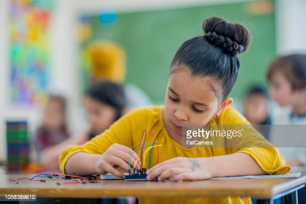 mädchen baut elektronik in der grundschule - staatliche schule stock-fotos und bilder
