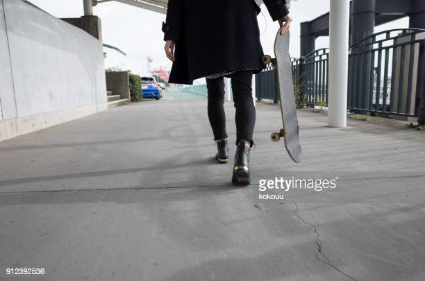 ein mädchen trägt eine skateboard. - teenage girls feet stock-fotos und bilder