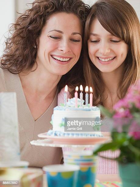 girl (10-11 years) celebrating birthday with mother - 30 34 years photos et images de collection
