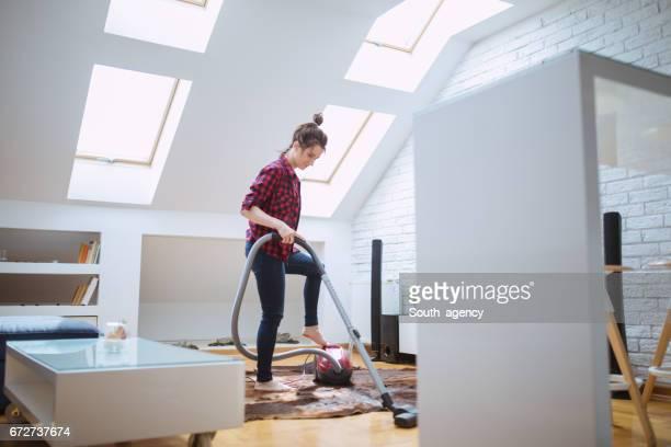 Fille nettoyage de la chambre