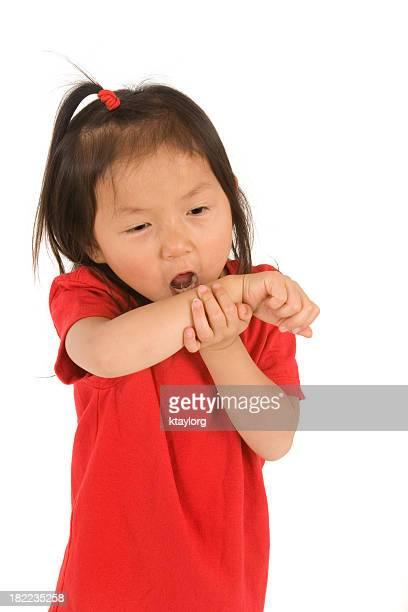 咳をする女性彼女の腕