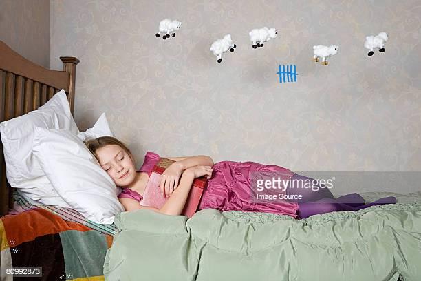 Une fille comptant mouton