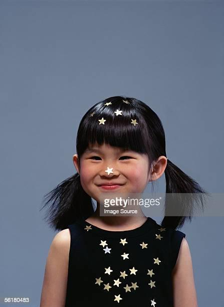 garota coberta de estrelas douradas - franja estilo de cabelo - fotografias e filmes do acervo