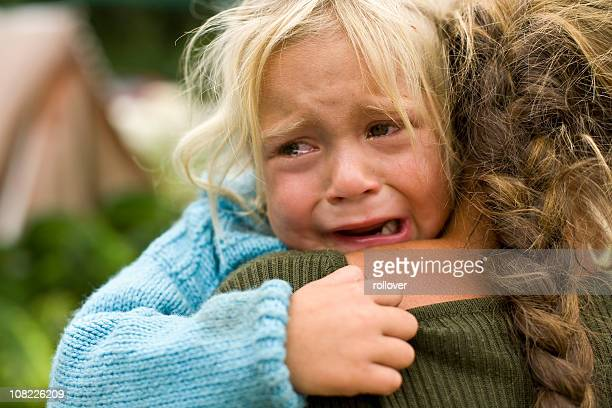 girl crying - armoede stockfoto's en -beelden