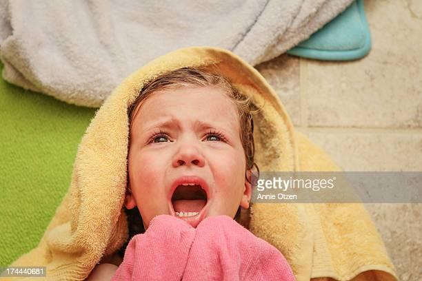 girl crying - alleen kinderen stockfoto's en -beelden