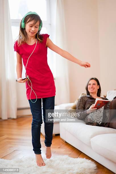 Rapariga a dançar e ouvir auscultadores