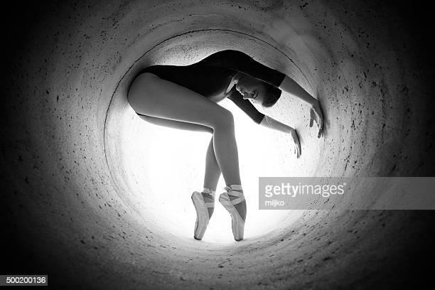 Chica bailando en el que la luz al final del túnel