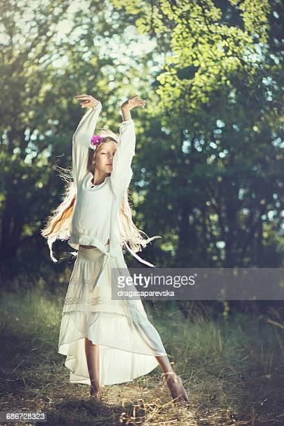 girl dancing in the woods - ヒッピー ストックフォトと画像