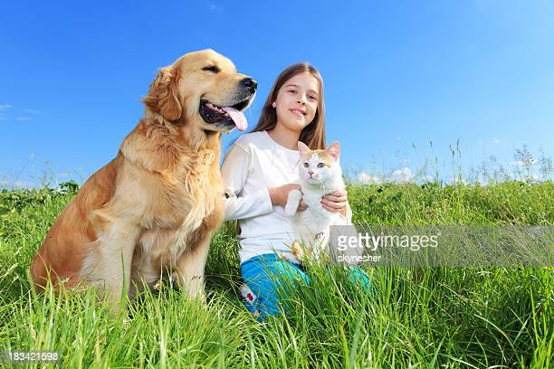 Mädchen und Hund und Katze sind entspannt im Freien