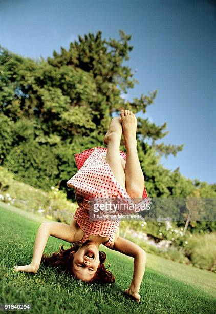 girl doing headstand - girl in dress doing handstand stockfoto's en -beelden