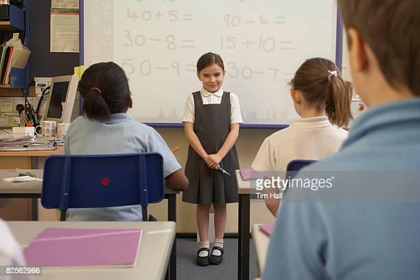 girl doing her presentation in class - signo de más fotografías e imágenes de stock