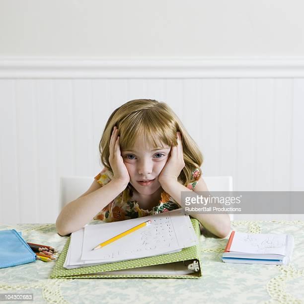 Mädchen macht Hausaufgaben im the kitchen table