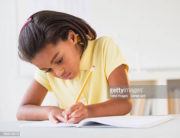 girl (6-7) doing homework - 左利き ストックフォトと画像