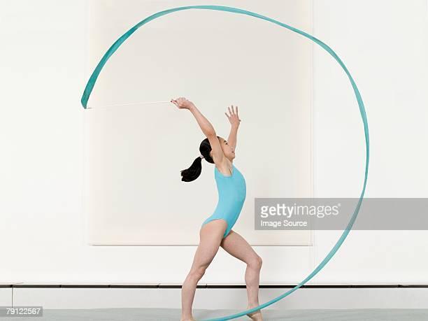 mädchen, die rhythmische sportgymnastik - rhythmic gymnastics stock-fotos und bilder