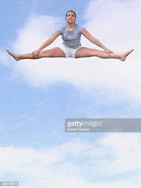 girl doing splits in sky - frau gespreizte beine stock-fotos und bilder