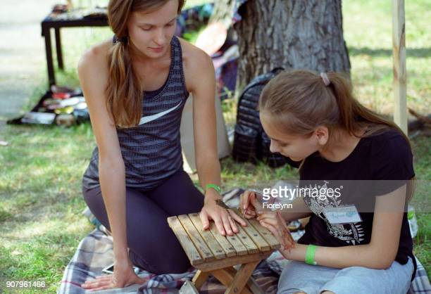 ヴェーダ祭り、女の子図面の mehendi、ヘナ タトゥー。フィルムで撮影します。 - film festival ストックフォトと画像