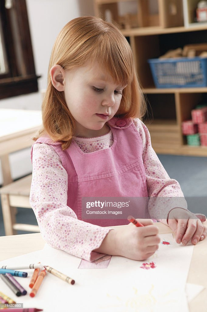 Girl drawing with crayons : Stockfoto