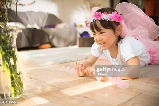 une jeune fille habillée comme une fée. à la fête d'halloween. - royalty free images no watermark photos et images de collection