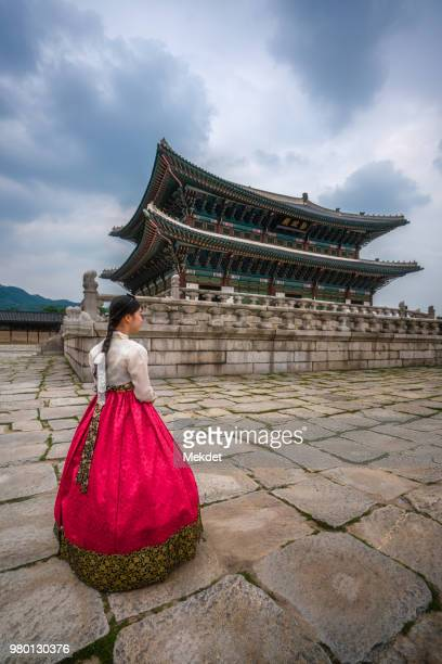 girl dressed hanbok (korean traditional dress) in the gyeongbokgung palace of seoul, south korea - gyeongbokgung palace 個照片及圖片檔
