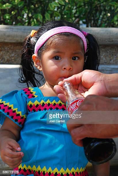 chica bebiendo botella de coca-cola en panamá - linda pop fotografías e imágenes de stock