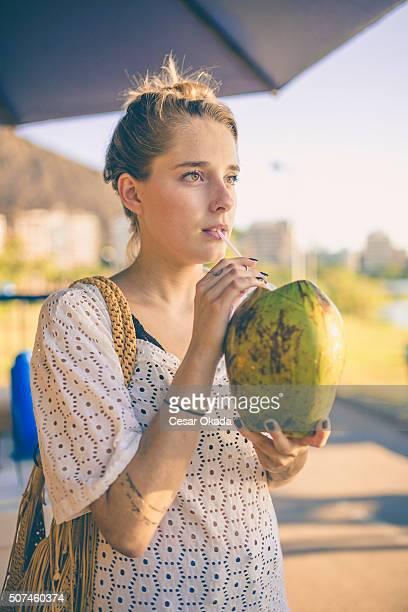 Ragazza beve acqua di cocco