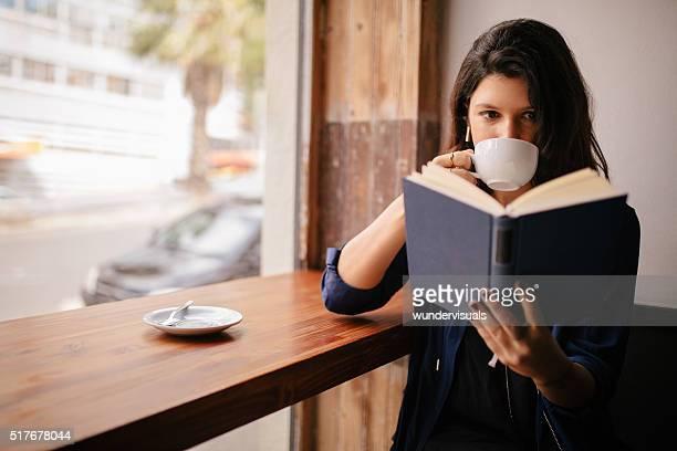 女の子 飲むコーヒーや読書でのカフェ