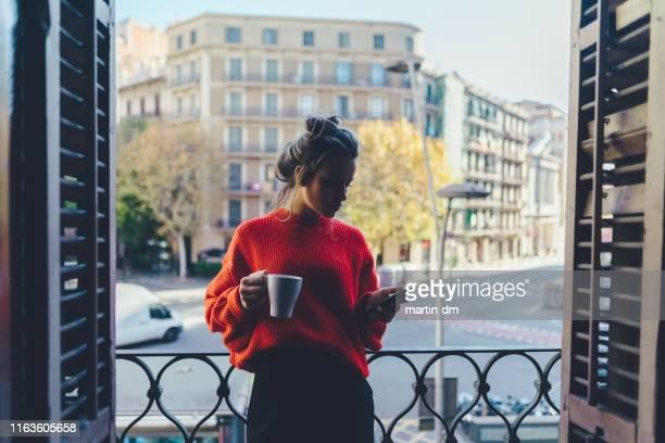fille buvant le café au balcon à barcelone - femme espagnole photos et images de collection