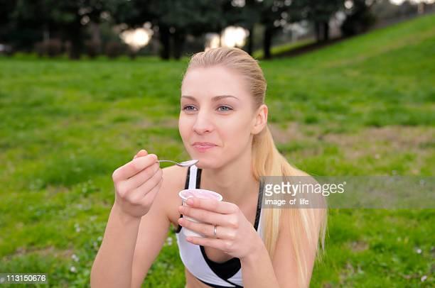 garota comer iogurte - só uma mulher jovem - fotografias e filmes do acervo