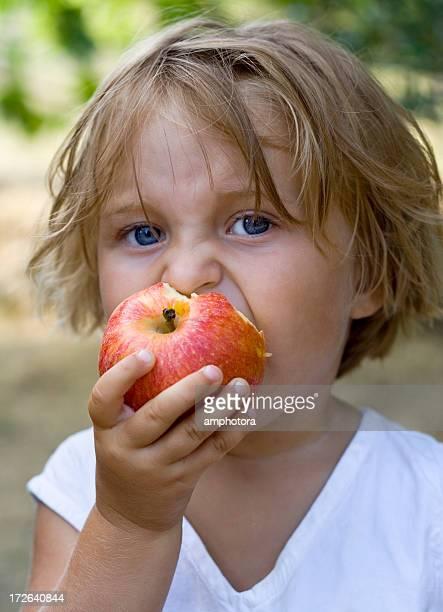 Fille mangeant une pomme