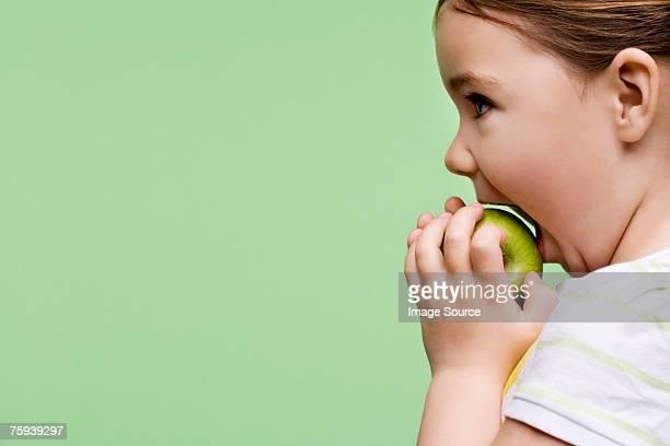 女の子は、リンゴを食べる