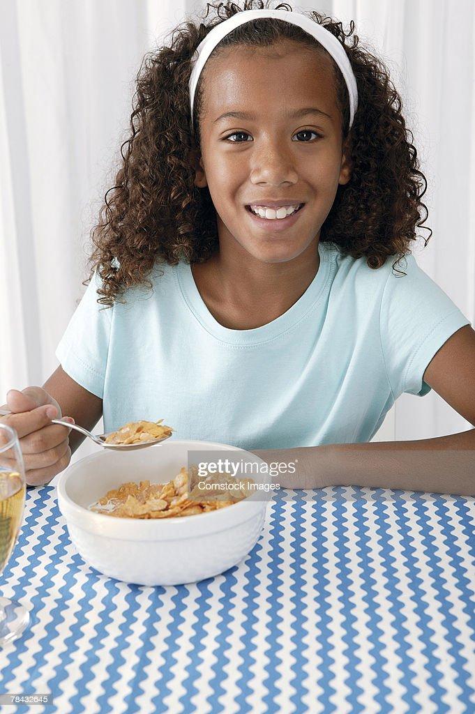 Girl eating breakfast at home : Stockfoto