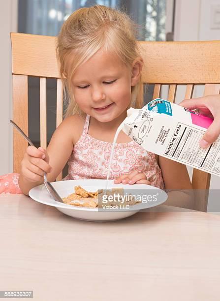 girl (2-3) eating breakfast - milk carton - fotografias e filmes do acervo