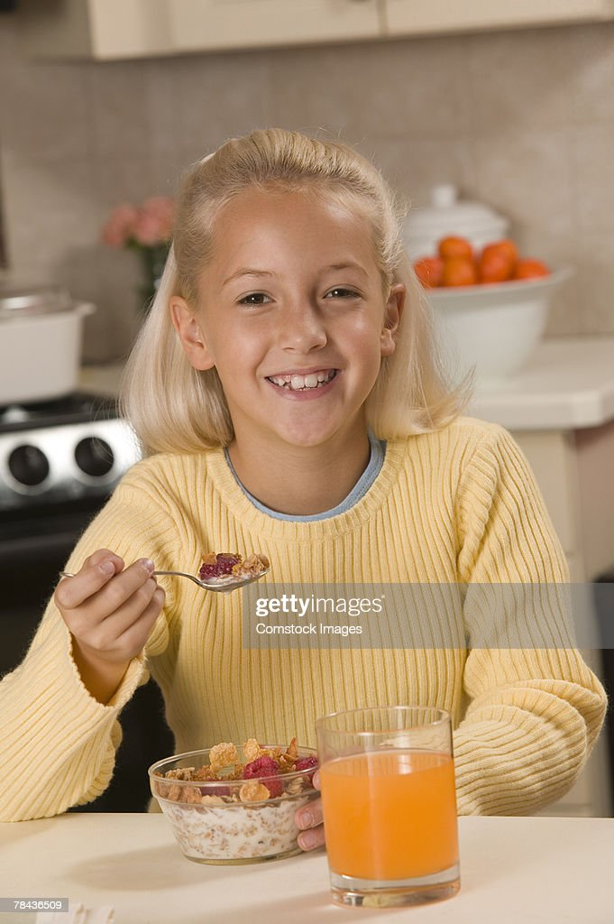 Girl eating breakfast : Stockfoto