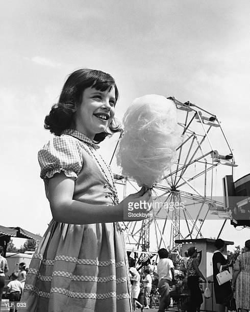 Mädchen isst Baumwoll-candy at fair