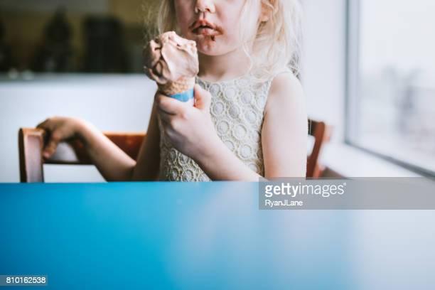 fille mangeant cornet de glace - glace au chocolat photos et images de collection