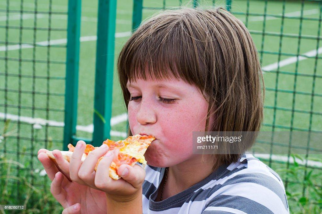 Chica comiendo una pizza  : Foto de stock