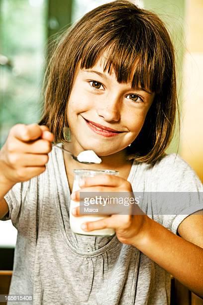 garota comendo iogurte - sul europeu - fotografias e filmes do acervo
