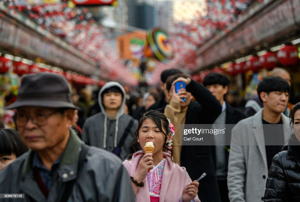Tourists Visit Tokyo's Senso-ji : ニュース写真
