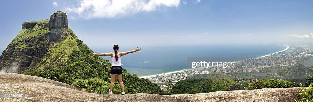 Mädchen umarmen der Stadt – Rio de Janeiro : Stock-Foto