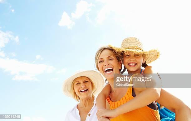 Mädchen, genießen Sie eine Fahrt auf der Mutter