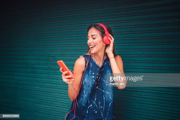 girl enjoying a mobile app for online music - music stock pictures, royalty-free photos & images
