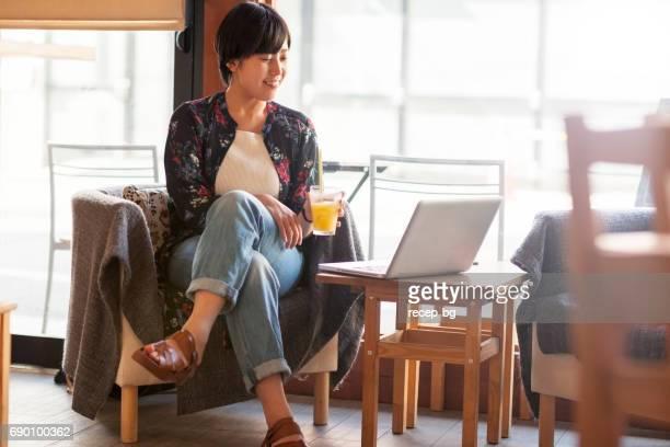 カフェで彼女の時間を楽しむ女の子
