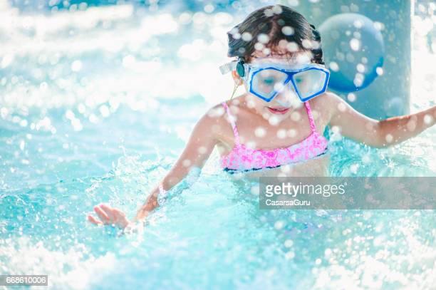 Mädchen genießen auf Wasserrutsche