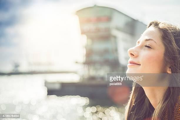 Mädchen, genießen Sie die Sonne